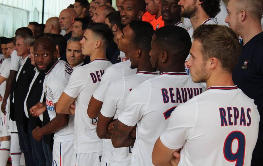 Les joueurs du Stade Malherbe Caen ont pris la pose avec la tenue domicile mais aussi la tenue extérieure