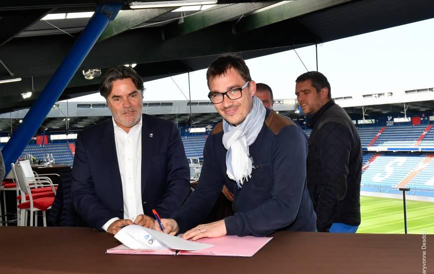 Signature de la convention entre Fabrice Clément (membre du directoire) et Thibault Deslandes (président du FC Saint-Lô) avant la réception du Stade de Reims