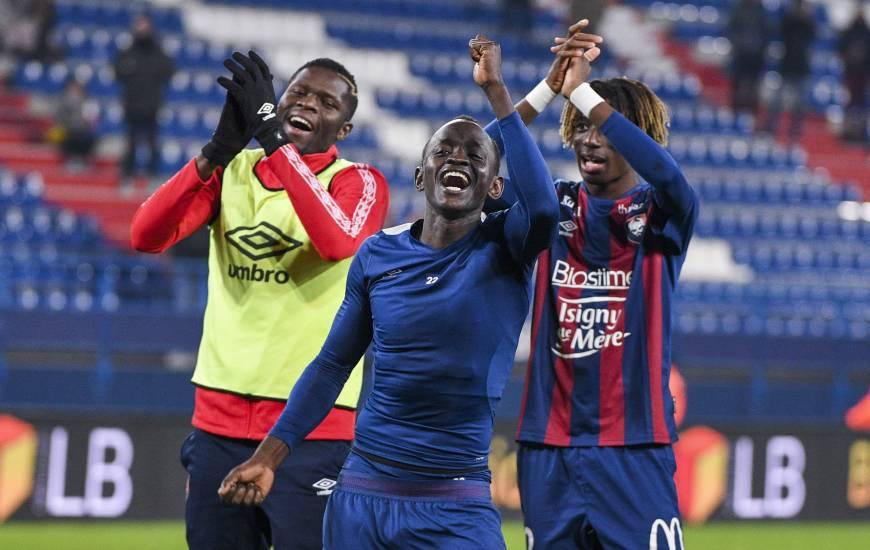 Les joueurs du Stade Malherbe Caen ont longtemps fêté la victoire avec leurs supporters après la rencontre