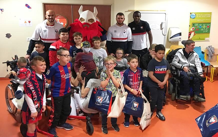 Les joueurs du Stade Malherbe Caen ont pu remettre des cadeaux aux jeunes du CMPR d'Hérouville