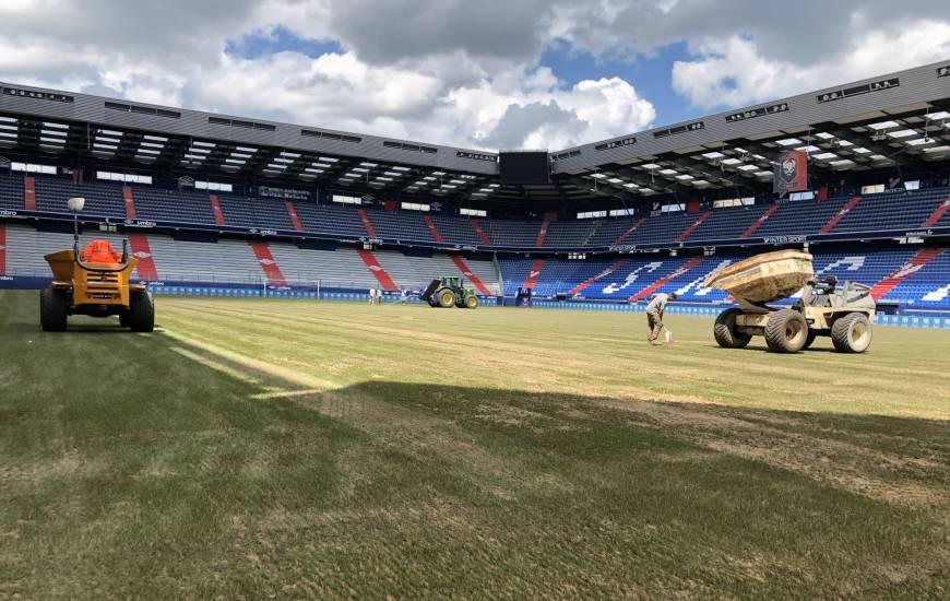 Des travaux ont eu lieu tout au long du mois de juin sur la pelouse du Stade Michel d'Ornano