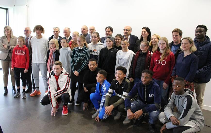 L'ensemble des joueurs scolarisés au collège Stephen Hawking aux côtés de Fabrice Clément, Arnaud Tanguy, Jean-Luc Pignol ou encore des élus présents pour l'occasion