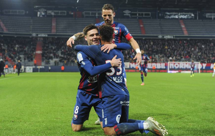 La joie du capitaine, du passeur et du buteur après l'ouverture du score de Nicholas Gioacchini