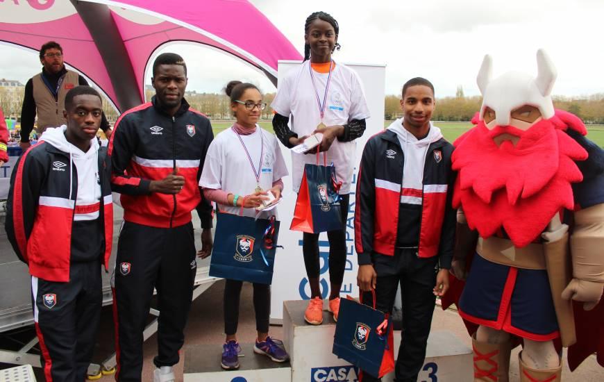 Les joueurs du Stade Malherbe Caen et Vik' afin de remettre les récompenses aux gagnantes chez les CM2