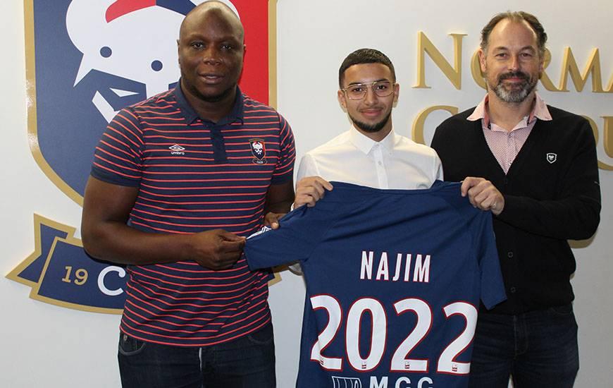 Ilyes Najim aux côtés de Djibi Diao, responsable du recrutement au centre de formatio, et de Stéphane Nado, directeur du centre de formation