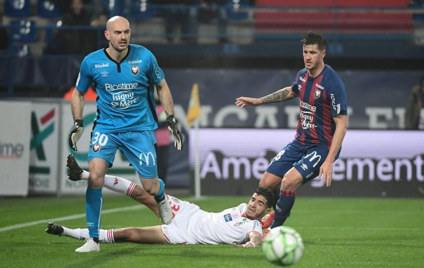 Rémy Riou et les défenseurs du Stade Malherbe Caen ont longtemps résisté face aux joueurs de l'AC Ajaccio