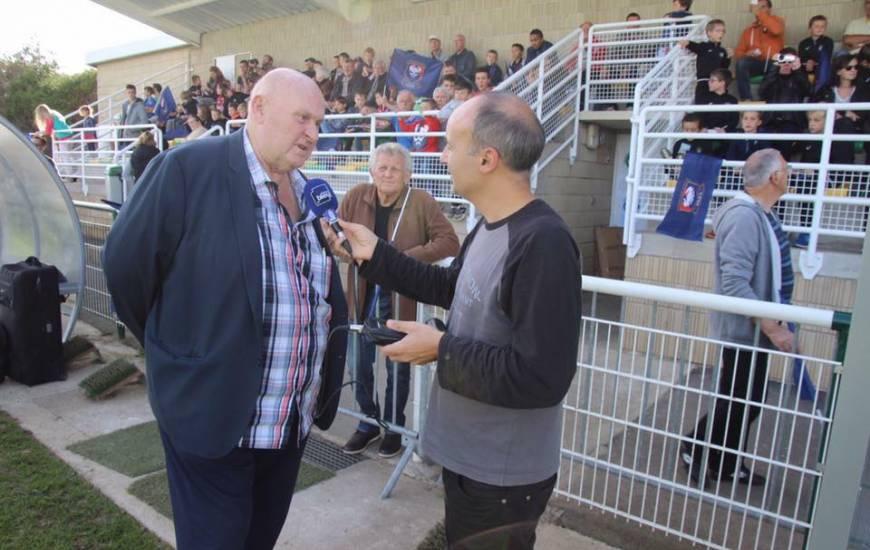 Claude Peronne au micro de France Bleu Normandie lors de l'entraînement du SM Caen sur le terrain du FC Thaon