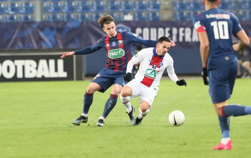 Le Stade Malherbe Caen d'Hugo Vandermersch s'incline d'un petit but face aux joueurs du Paris-Saint-Germain