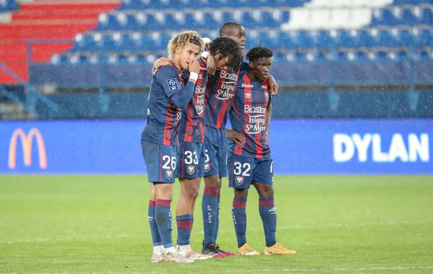 Les défenseurs du Stade Malherbe Caen dans l'attente avant que Benjamin Jeannot transforme son penalty