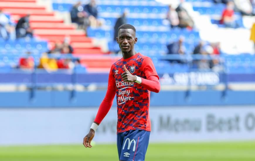 Jason Ngouabi portait le brassard de capitaine avec l'Équipe de France U18 face à Valenciennes
