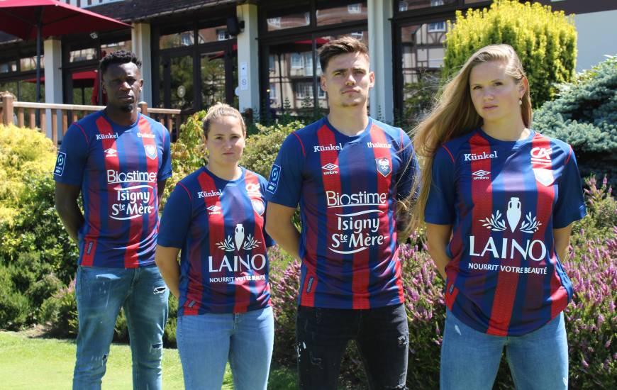"""Les joueurs et joueuses du Stade Malherbe Caen avec le nouveau maillot domicile des """"rouge et bleu"""""""