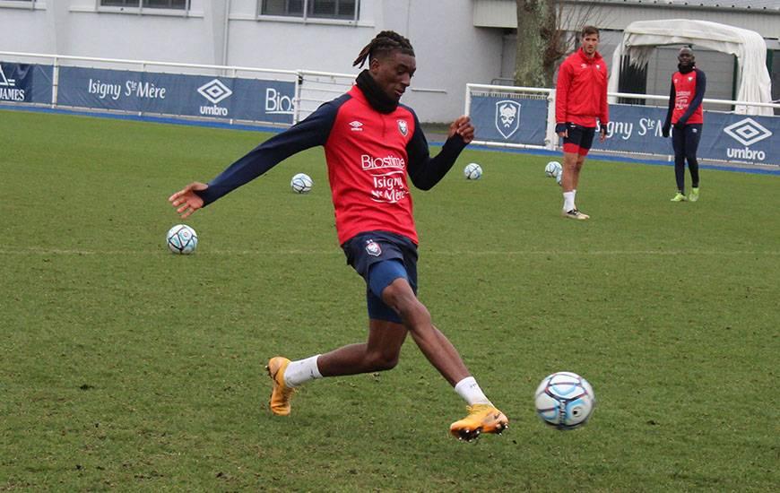 Kélian Nsona et les attaquants du Stade Malherbe ont pu travailler devant le but ce matin