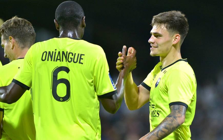 Jessy Deminguet, troisième buteur du Stade Malherbe Caen face à Rodez, félicité par Prince Oniangué