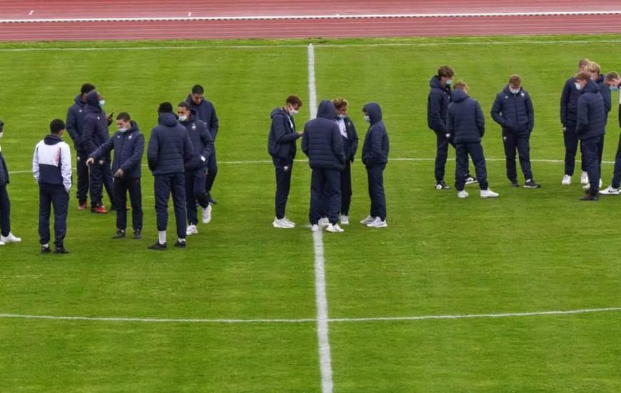 Les U19 du SM Caen sur la pelouse du stade de Coutances juste avant le match amical face au FC Lorient (Samedi 10/04/2021)