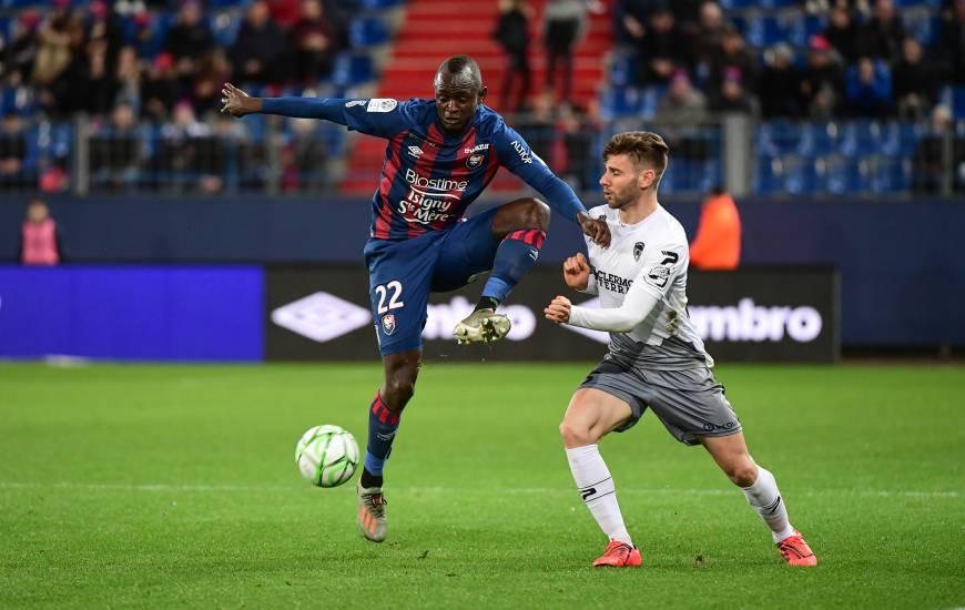 Adama Mbengue et les joueurs du Stade Malherbe Caen débuteront la saison 2020 / 2021 sur la pelouse du Clermont Foot