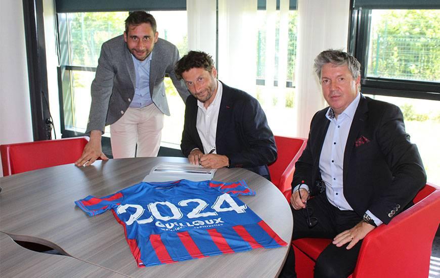 François-Xavier & Yves-Marie Guillou aux côtés d'Olivier Pickeu lors de la signature de ce nouveau partenariat maillot